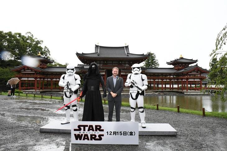 「スター・ウォーズ/最後のジェダイ」成功祈願イベントより、ライアン・ジョンソン(中央右)。