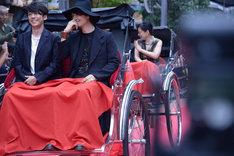 人力車で登場した高橋一生(左)と齊藤工(右)。