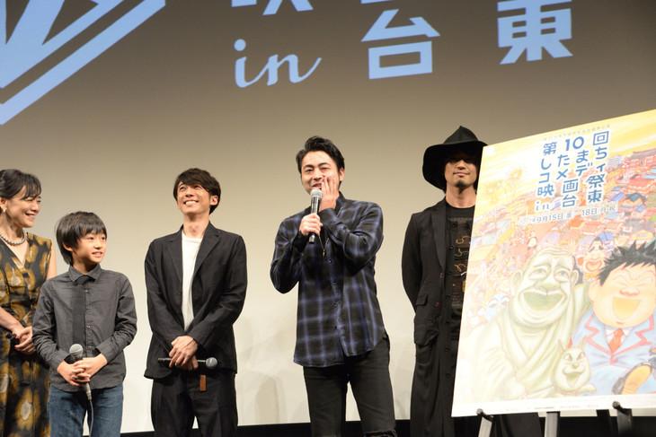 舞台挨拶に飛び入り参加し、恐縮する山田孝之(右から2番目)。