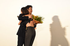 ハグする妻夫木聡(左)と水原希子(右)。