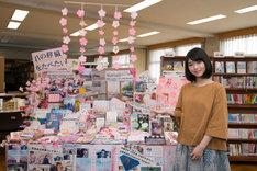 福井・福井県立鯖江高等学校の図書館を訪れた浜辺美波。