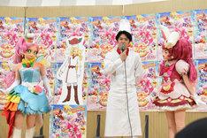 うなずきながら尾上松也(中央右)の話を聞くキュアパルフェ(左)とキュアホイップ(右)。