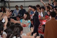 観客と触れ合う永野芽郁。