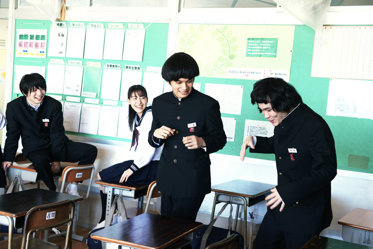 「勝手にふるえてろ」より、北村匠海演じるイチ(中央右)と小林龍二演じる木村駿(左)。
