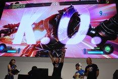 プロデューサーの綾野智章に勝利し、両腕を掲げる西村瑞樹(中央)。