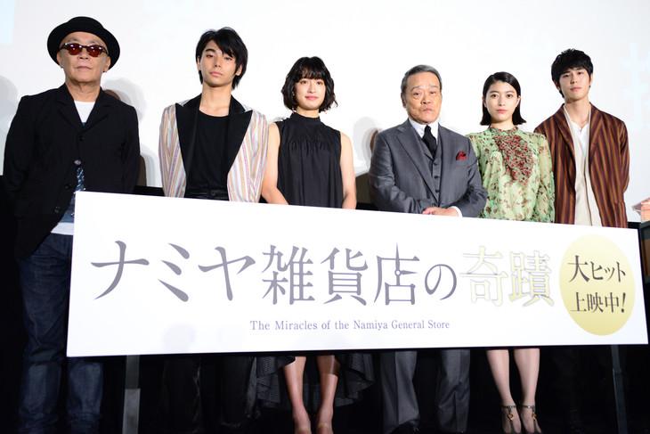 「ナミヤ雑貨店の奇蹟」初日舞台挨拶の様子。左から廣木隆一、村上虹郎、門脇麦、西田敏行、成海璃子、寛一郎。