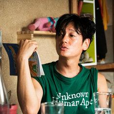 「ニワトリ★スター」オリジナルグッズのTシャツ(草太Ver.をアレンジしたもの)を着用する井浦新。
