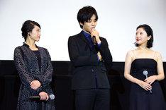 左から清野菜名、松坂桃李、吉高由里子。