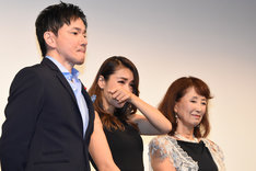 左から監督のジャッキー・ウー、鈴木紗理奈、赤座美代子。