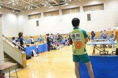 次の試合の対戦相手を見つけ、プレイを観察する佐野勇斗。