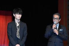 左から綾野剛、滝田洋二郎。