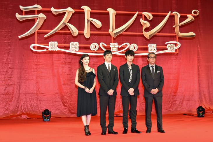 左から宮崎あおい、西島秀俊、綾野剛、滝田洋二郎。