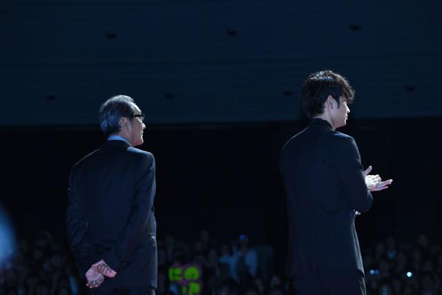 レッドカーペットを歩く滝田洋二郎(左)と綾野剛(右)。
