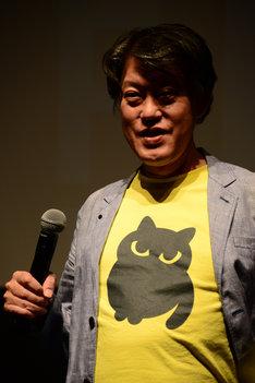 制作中の新作に関わるマークのTシャツを着て登場した原恵一。