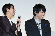「斉木楠雄のΨ難」完成披露舞台挨拶に登壇した賀来賢人(左)、吉沢亮(右)。