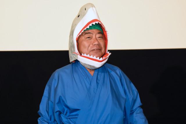 サメの被り物をして登場した出川哲朗。