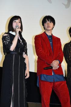 左から橋本環奈、山崎賢人。