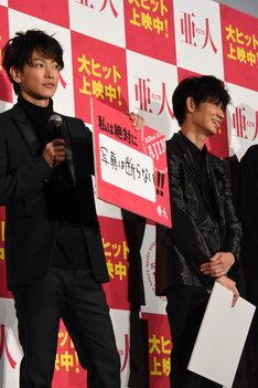 左から佐藤健、綾野剛。