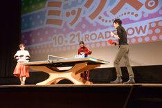 石川佳純と吉村真晴によるシングルスマッチの様子。