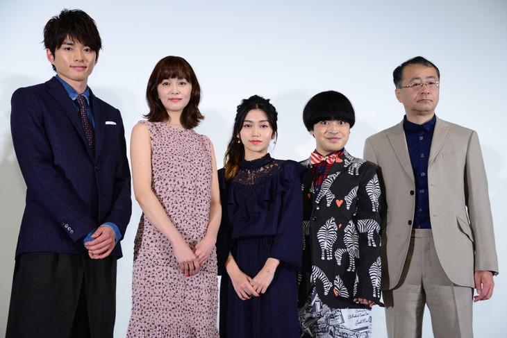 「リンキング・ラブ」完成披露舞台挨拶の様子。左から白洲迅、石橋杏奈、田野優花、加藤諒、金子修介。