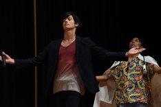 「神ー!」という歓声を受けて登壇した岩永徹也(左)と、なぜか同じポーズを取る小野塚勇人(右)。