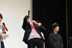 「ブエーヘッヘッヘッ」と笑いながらのけぞる岩永徹也。
