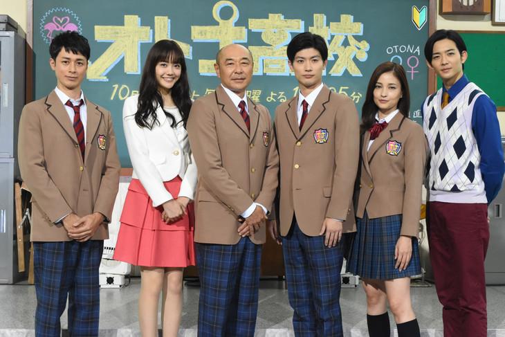 土曜ナイトドラマ「オトナ高校」制作発表会見の様子。左から夕輝壽太、松井愛莉、高橋克実、三浦春馬、黒木メイサ、竜星涼。