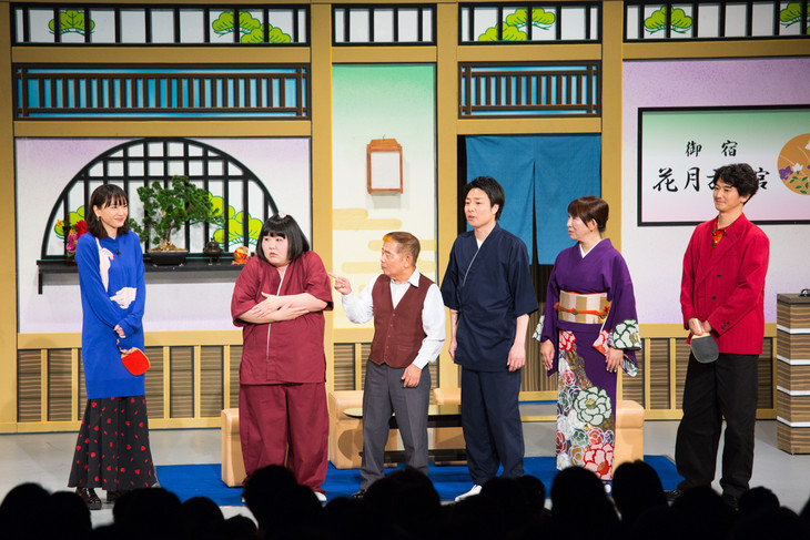 吉本新喜劇に新垣結衣(左)と瑛太(右)が参加した際の様子。
