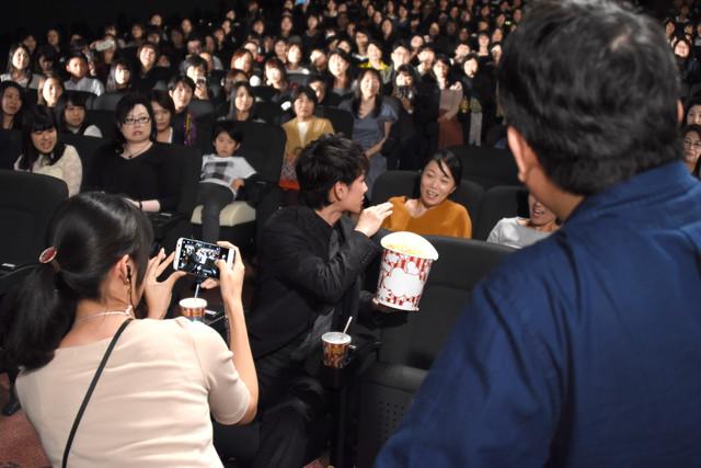 観客に話しかける佐藤健。