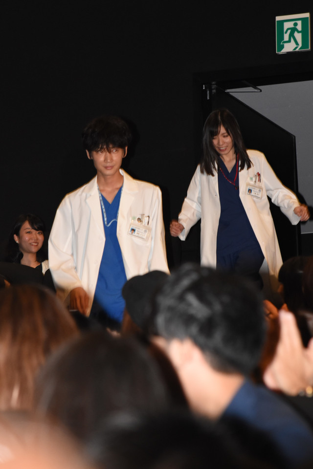 客席後方から登場した綾野剛(左)と松岡茉優(右)。