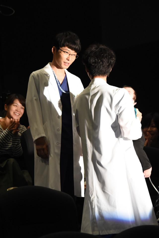 第1話で登場した赤ちゃんを抱っこする綾野剛(右)と笑顔を見せる星野源(左)。