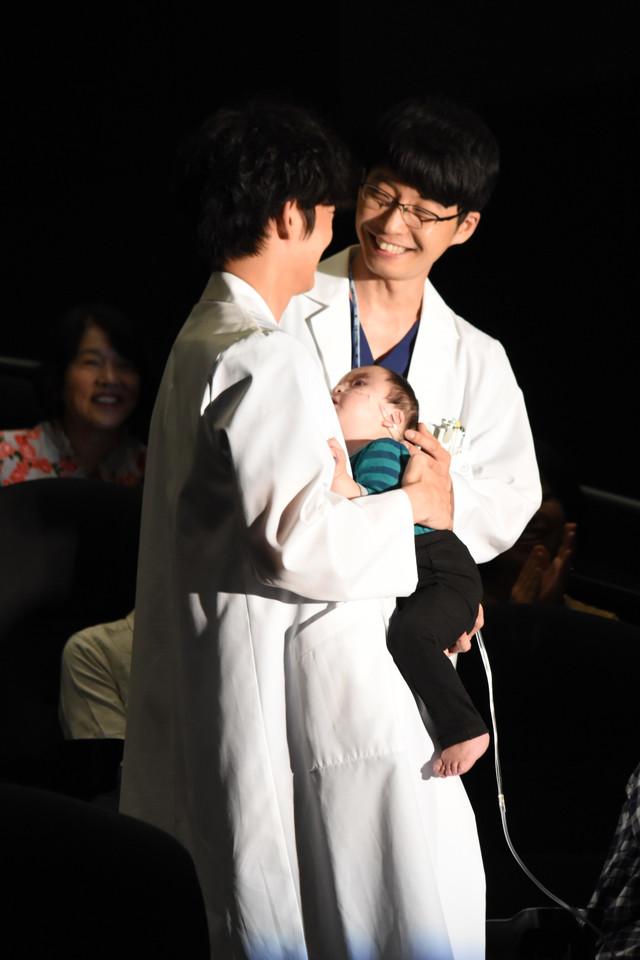第1話で登場した赤ちゃんを抱っこする綾野剛(左)と笑顔を見せる星野源(右)。