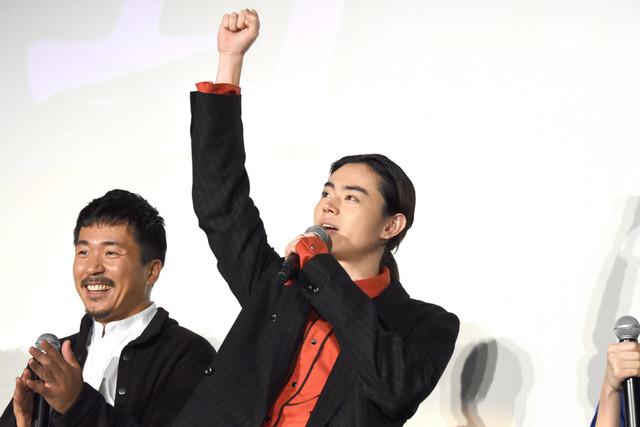 観客を煽る菅田将暉(右)。