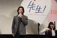 健太郎(左)の「俺じゃ駄目?」というセリフを聞き、もだえる広瀬すず(右)。