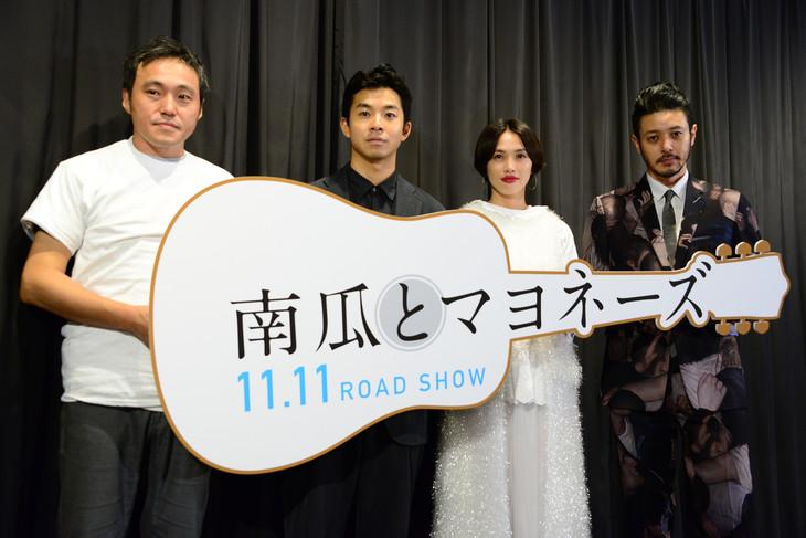 映画「南瓜とマヨネーズ」完成披露上映会の様子。左から冨永昌敬監督、太賀、臼田あさ美、オダギリジョー。
