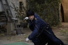 映画「鋼の錬金術師」メイキングカット。マスタング役のディーン・フジオカ。