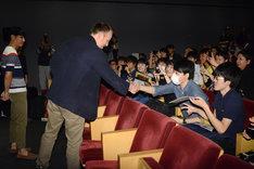 観客と握手をするマーク・ウェブ。