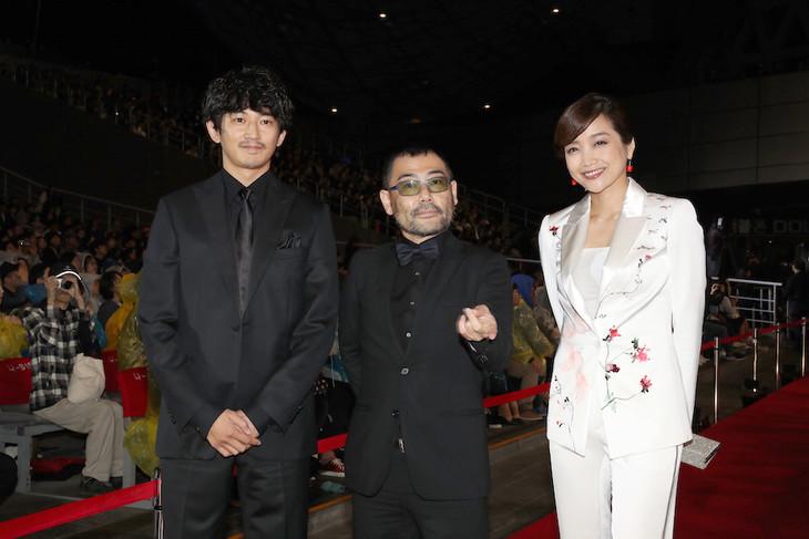 第22回釜山国際映画祭にて、左から瑛太、武正晴、佐藤江梨子。