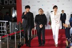 左から瑛太、武正晴、佐藤江梨子。