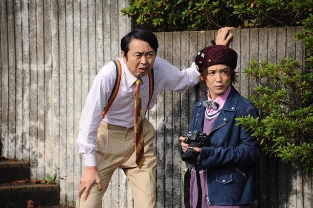 左から田中卓志演じる大杉忠太、土屋シオン演じるJK。