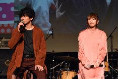 左から瑛太、新垣結衣。