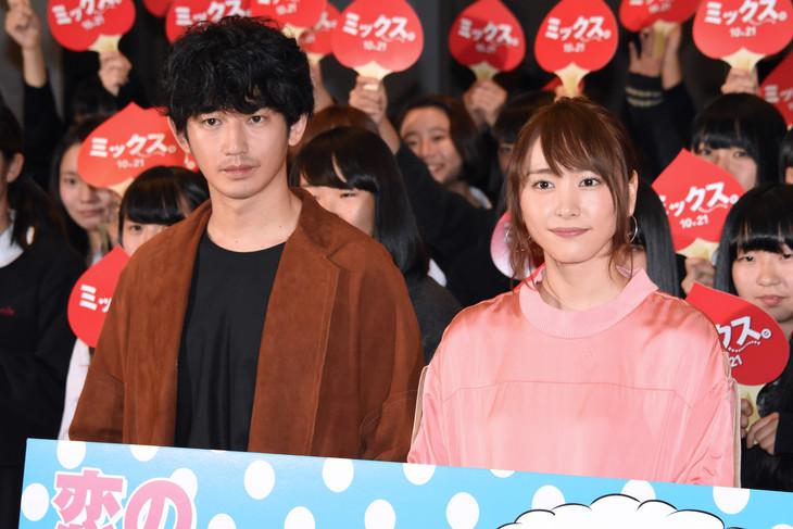 「ミックス。」イベントの様子。左から瑛太、新垣結衣。