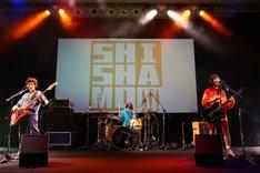 SHISHAMOによるライブの様子。