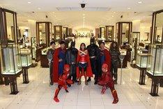 DCヒーローのコスプレをしたスタッフたち。