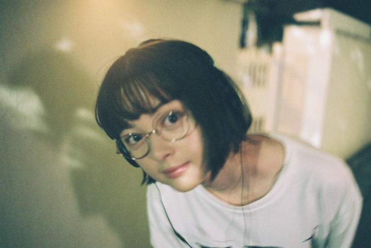 玉城ティナのメガネ画像