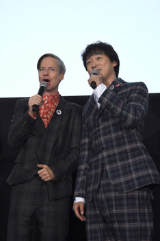 「The Origin of Love」を即興で披露したジョン・キャメロン・ミッチェル(左)と山本耕史(右)。