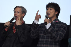 突然のパフォーマンスで会場を盛り上げたジョン・キャメロン・ミッチェル(左)と山本耕史(右)。