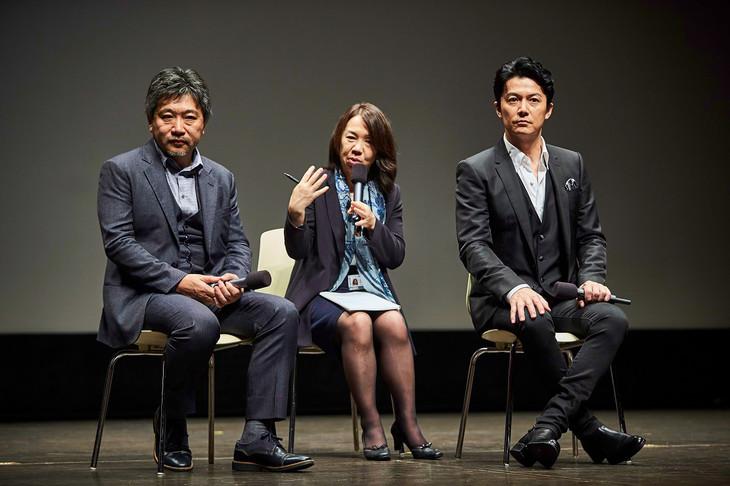 第22回釜山国際映画祭にて行われた「三度目の殺人」イベントの様子。是枝裕和(左)、福山雅治(右)。