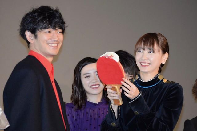 """新垣結衣(右)と瑛太(左)が""""ファーストバイト""""を行う様子。"""