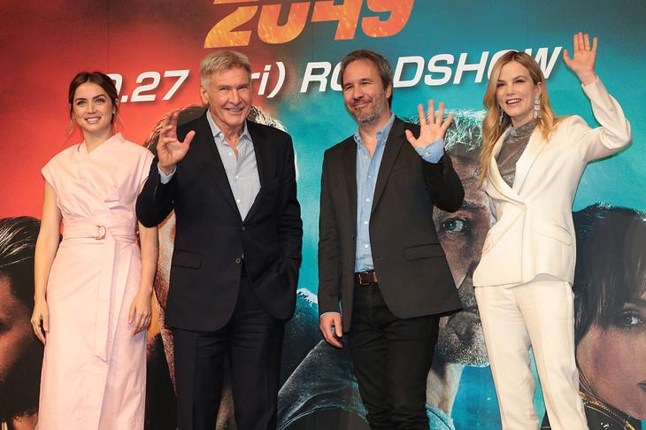 「ブレードランナー 2049」記者会見の様子。左からアナ・デ・アルマス、ハリソン・フォード、ドゥニ・ヴィルヌーヴ、シルヴィア・フークス。